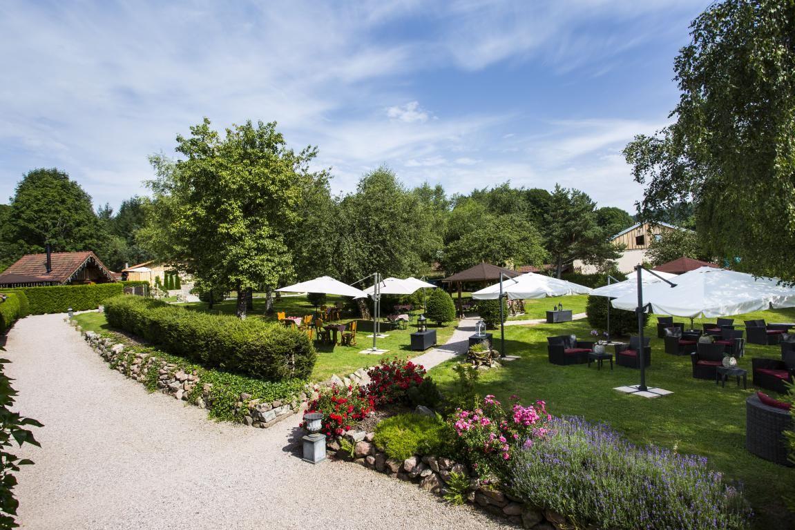le haut jardin est un lieu confidentiel et atypique au coeur du massif des vosges dans un parc de 3 hectares avec chalets hteliers avec jacuzzi priv