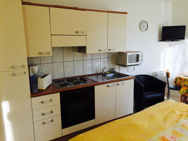 meubl place du march studio n 2 la fontaine lorraine tourisme. Black Bedroom Furniture Sets. Home Design Ideas