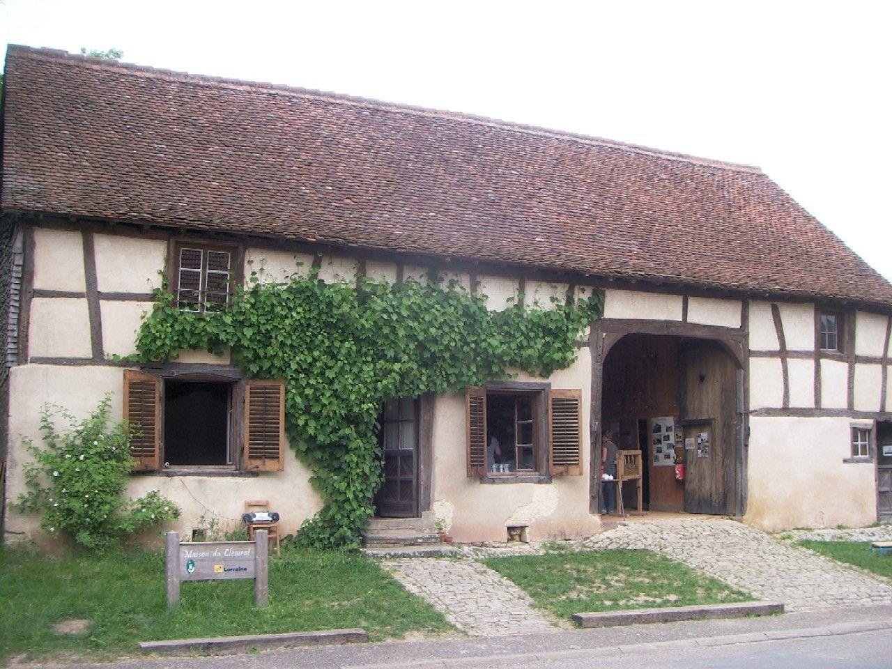La maison du clément musée du patrimoine architectural du pays des etangs est un exemple remarquable de larchitecture à pans de bois