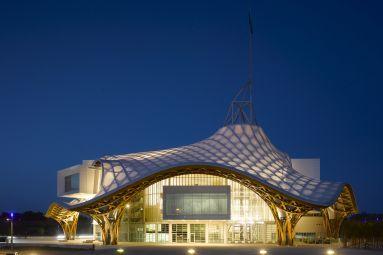Centre Pompidou-Metz © Shigeru Ban Architects Europe et Jean de Gastines Architectes, avec Philip Gumuchdjian pour la conception du projet lauréat du concours / Metz Métropole / Centre Pompidou-Metz / Photo Roland Halbe